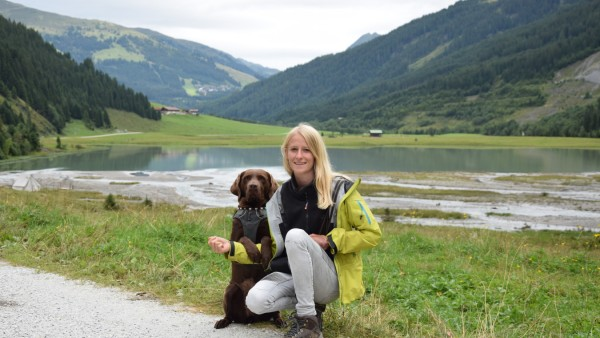 Julia Sattelberger mit ihrer Labrador-Hündin Xalli