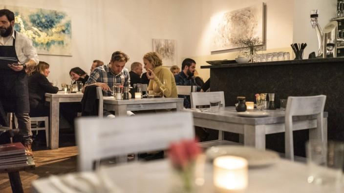 Apla'funky: Ein Hauch von Hafentaverne, und doch sehr zeitgemäß: Das Apla'funky im Gärtnerplatzviertel ist ein moderner Grieche mit ambitionierter Küche.