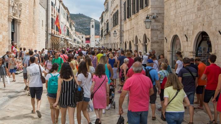 Crowded Dubrovnik Croatia 21 08 2017 Dubrovnik Croatia Red warning inside Dubrovnik Walls due