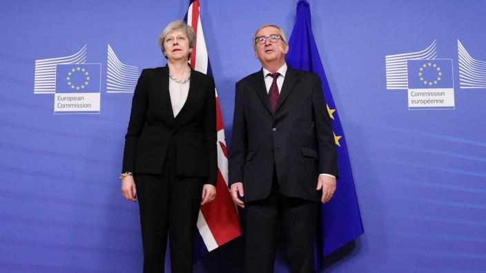 Brexit: Jean-Claude Juncker sagte, das Pflaster auf seiner Wange sei die Folge eines Rasierunfalls. Theresa May habe nichts damit zu tun.