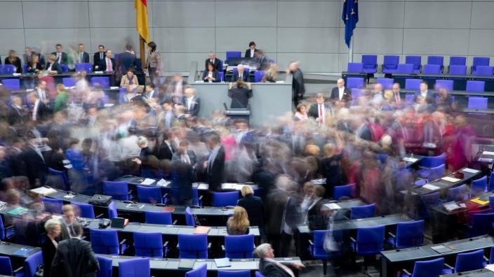 Bundestagsabgeordnete bei einer namentlichen Abstimmung. Ihre Zahl könnte sich nach der Bundestagswahl erheblich verändern.