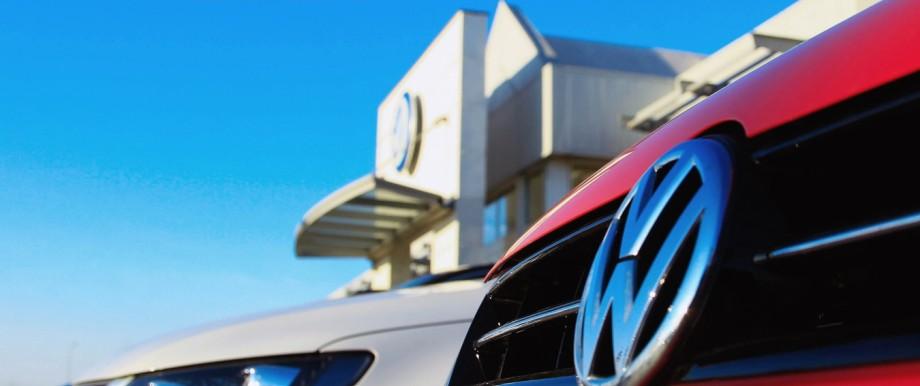 Volkswagen Logo vor einem VW Autohaus in Magdeburg Fotografiert am 23 02 2014