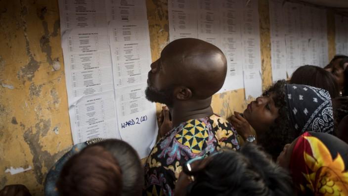 Fluchtursachen: Die Präsidentenwahl in Nigeria wurde letzte Woche spontan auf diesen Samstag verschoben. Hier drängen sich Menschen vor einer Wahlstation, um die Informationen zu lesen.