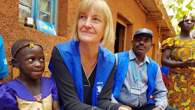 Erika Joergensen bei einem Projektbesuch der Organisation WFP in Burundi.