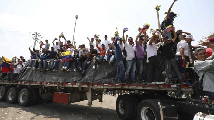 Krise in Venezuela - Venezuelaner auf einem Hilfskonvoi in Kolumbien