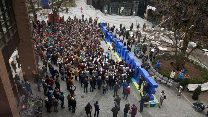 Chor-Aktion: Ein beeindruckendes Bild: 600 Menschen sind am Sonntag zum Gasteig gekommen, um gemeinsam ein Lied einzustudieren.