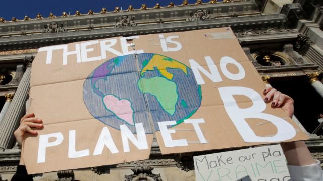 Klimawandel - Junge Leute demonstrieren in Paris für besseren Klimaschutz