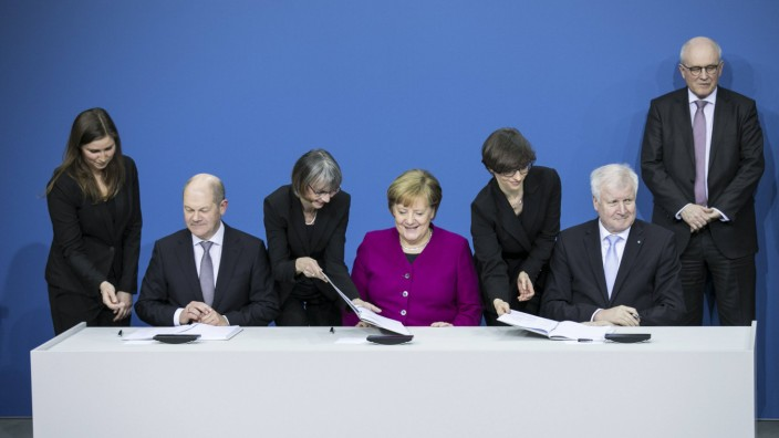 l r Der designierte Bundesfinanzminister Olaf Scholz SPD Bundeskanzlerin Angela Merkel CDU un