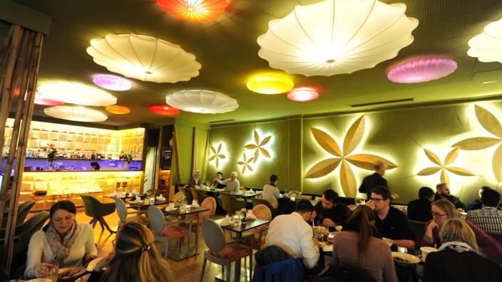 Ho Tay: Grüne Wände, stilisierte Lotosblüten: Auf den üblichen Asia-Kitsch haben die Wirte des vietnamesischen Restaurants Ho Tay im Pharaohaus erfreulicherweise verzichtet.