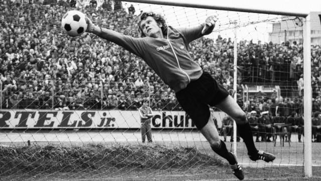 1 BL Saison 1974 1975 Eintracht Braunschweig gegen FC Bayern München 3 1 am 05 10 1974 Torwart Se; Sepp Maier wird 75 Jahre alt - er war für seine geschmeidigen Paraden bekannt.