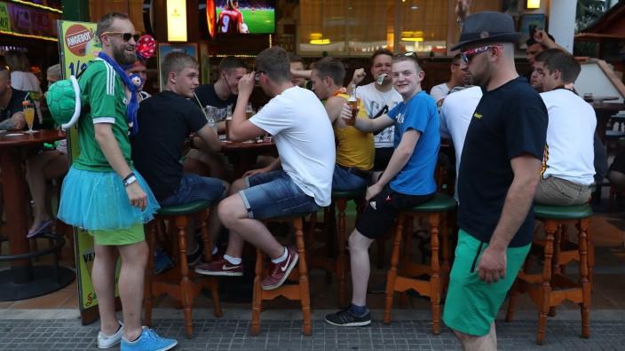 Partytouristen trinken Alkohol im Lokal Bierkönig an der Schinkenstraße auf Mallorca