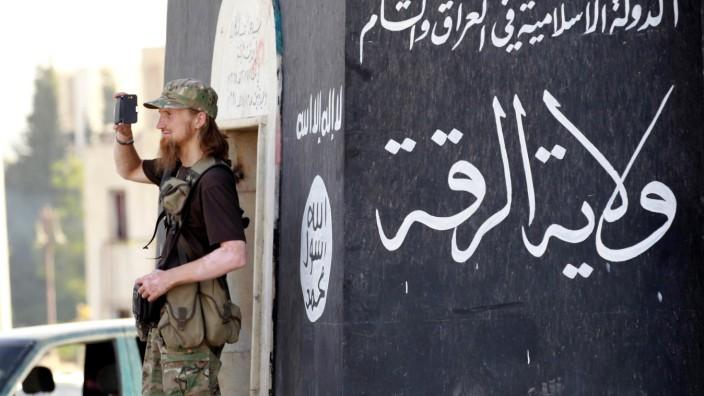 Ein IS-Kämpfer 2014 im syrischen Rakka
