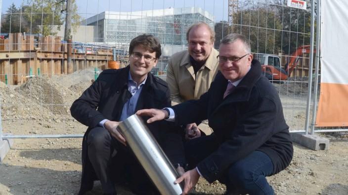 Kostensteigerung: OB Florian Hartmann, Architekt Wolfgang Gollwitzer und Robert Haimerl (v.l.) legen im Oktober den Grundstein fürs Hallenbad.