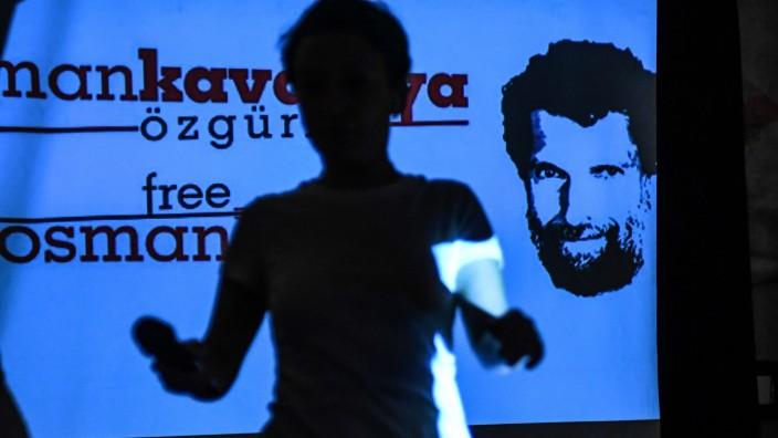 """Türkei: Das Verfahren gegen Osman Kavala ziele auf """"politische Rache"""", sagten die Anwälte des Kunstmäzens zu Beginn des Prozesses."""