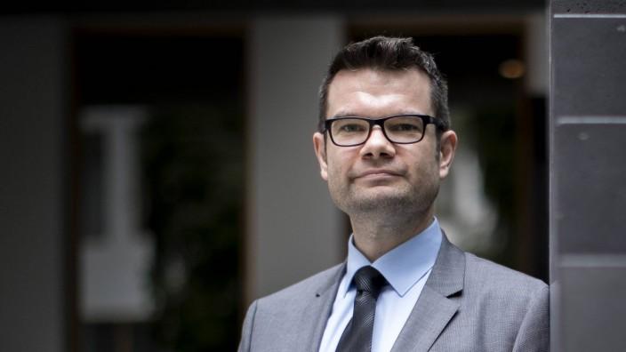 Marco Buschmann 1 Parlamentarischer Geschaeftsfuehrer der FDP Bundestagsfraktion posiert nach ein