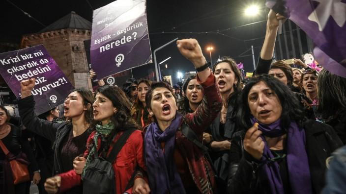 Türkei: Jedes Jahr organisieren türkische Feministinnen den Nachtmarsch auf der Istiklal, Istanbuls zentraler Einkaufsmeile. Diesmal setzte die Polizei Gummigeschosse und Reizgas ein.