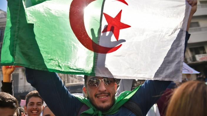 Algerien: Die Verschiebung der Präsidentschaftswahl auf unbestimmte Zeit treibt viele Studenten wieder auf die Straße.