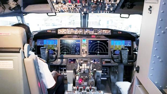 Ein Pilot sitzt im Cockpit einer Boeing 737 MAX 8