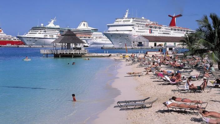 Mehrere Kreuzfahrtschiffe liegen im Hafen von Nassau auf den Bahamas vor Anker.