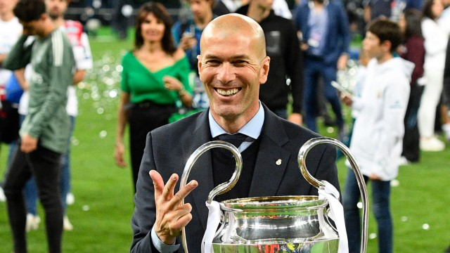 Real Madrid - Zinédine Zidane mit dem Champions-League-Pokal 2018 in Kiew