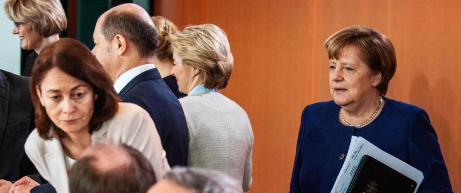 Ein Jahr Groko: Mittendrin und doch am Rand: Kanzlerin Merkel bei der Kabinettsitzung am Mittwoch