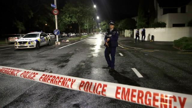 Polizisten sperren eine Straße vor einer Moschee in Christchurch