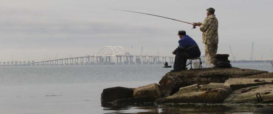 Krim - Angler vor einer Brücke, die die Krim mit Russland verbindet