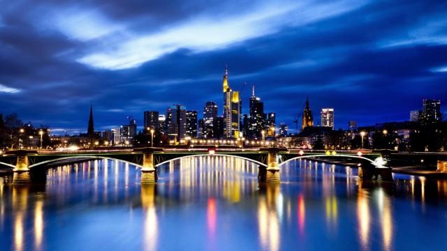 Aufruhr im Bankenviertel: Im Abendlicht sieht das Frankfurter Bankenviertel friedlich aus. Dabei geht es gerade hoch her. Deutsche Bank und Commerzbank verhandeln nun auch offiziell über eine Fusion.
