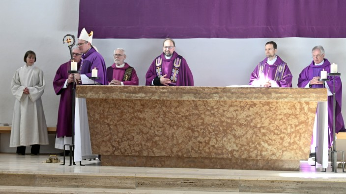 Ottobrunn: Den Pontifikalgottesdienst am Sonntag in der Ottobrunner Kirche Sankt Magdalena feierte Weihbischof Rupert Graf von Stolberg.