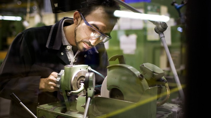 Mitarbeiter der MAN Turbo AG beim Fraesen von Kleinteilen Berlin Deutschland A worker of MAN Tur