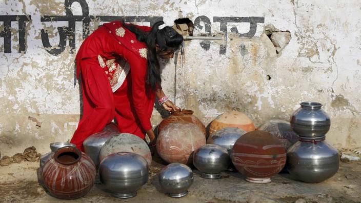 Weltwasserbericht: Viele Menschen wie diese Frau in Indien haben keinen eigenen Wasserhahn und sind auf öffentliche Versorgung angewiesen.