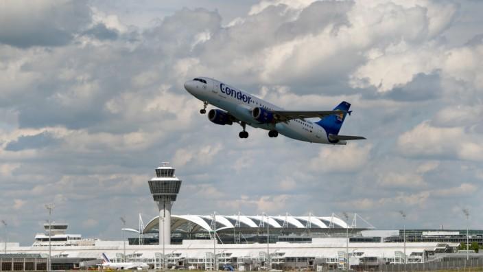 Flugzeug startet am Flughafen München.