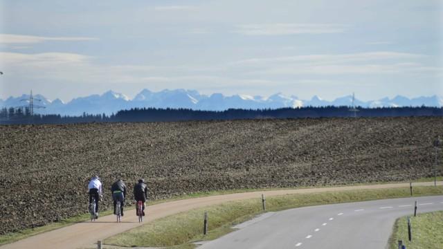 Tipps: So richtig ins Schwitzen kommen Radfahrer bei den derzeitigen Temperaturen und dem Blick auf die schneebedeckten Alpen noch nicht, ideale Voraussetzungen für eine gemütliche Tour.