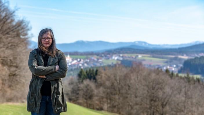 Die Grüne Laura Amberger steht vor Rattenberg bei Viechtach im Bayerischen Wald.