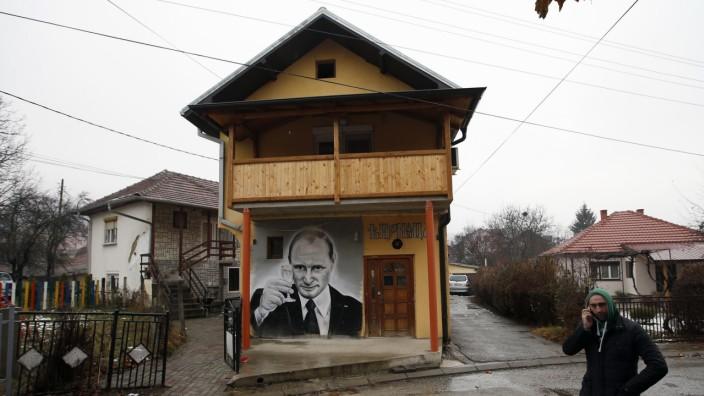 Europäische Union: Dieses Graffiti an einer Hauswand im kosovarischen Zvecan zeigt den russischen Präsidenten Wladimir Putin.