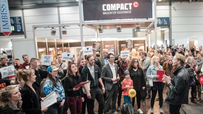 Singender Protest vor dem Compact Stand auf der Leipziger Buchmesse Aus Protest gegen rechte Verlag