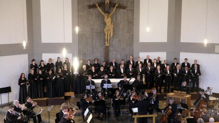 """In der Kirche Maria Hilf: Johannes Buxbaum am Pult, der """"Isura-Madrigal-Chor"""" und das """"Lodron Ensemble"""" interpretieren das Mozart-Requiem tadellos - trotz der Tücken der Kirchenakustik."""