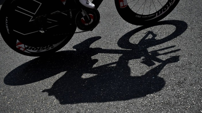 Illustration picture taken during the twentieth stage of the 104th edition of the Tour de France cyc; Doping Radsport Symbolbild