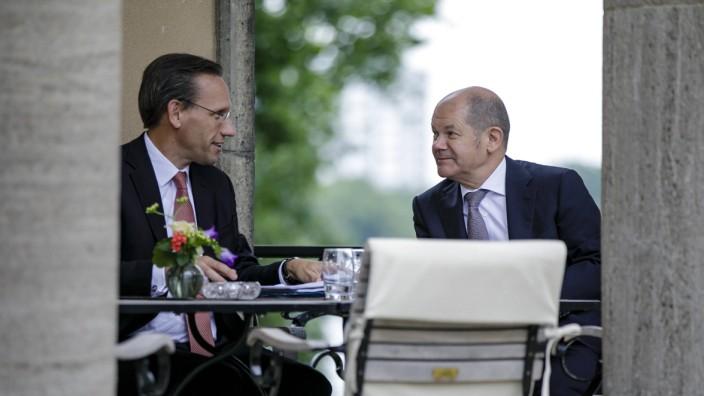 Bundesfinanzminister Olaf Scholz (SPD) im Gespräch mit Staatssekretär Jörg Kukies