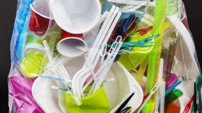 Müllsack gefüllt mit Einweggeschirr Plastikbesteck Plastikgeschirr Kunststoff Plastikbecher Pl