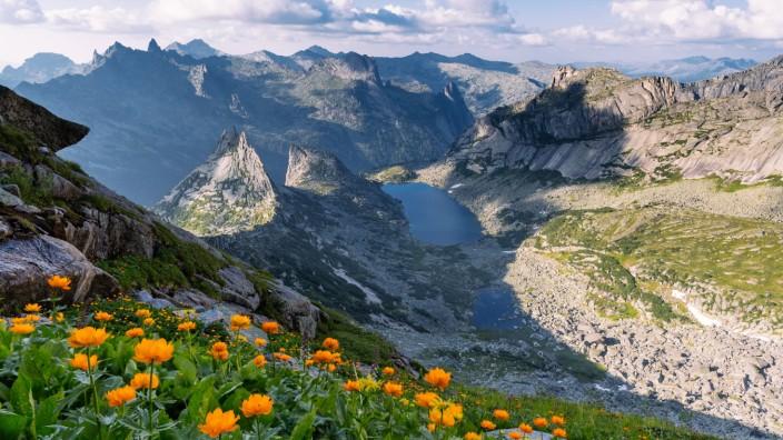 beautiful scenic view of the mountains during sunrise creative PUBLICATIONxINxGERxSUIxAUTxONLY Cop