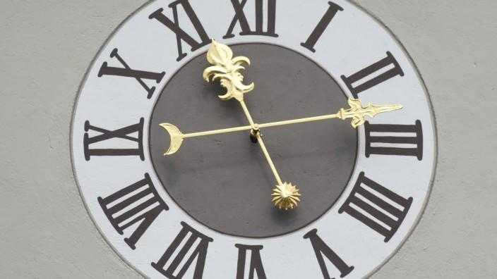 Pro und Contra: Auch die Uhr von St. Jakob in Dachau muss umgestellt werden.