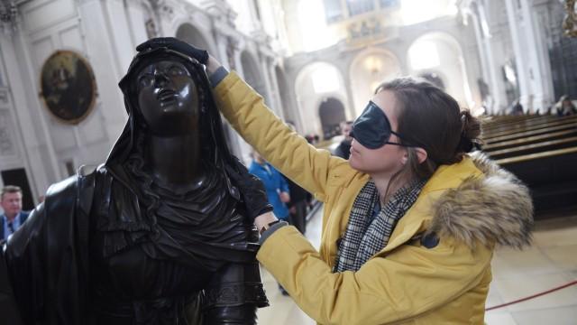 Besonderes Erlebnis: Mit Augenbinde und Latexhandschuhen durch die Kirche St. Michael: Christine Moos untersucht die Bronzestatue der Maria Magdalena.