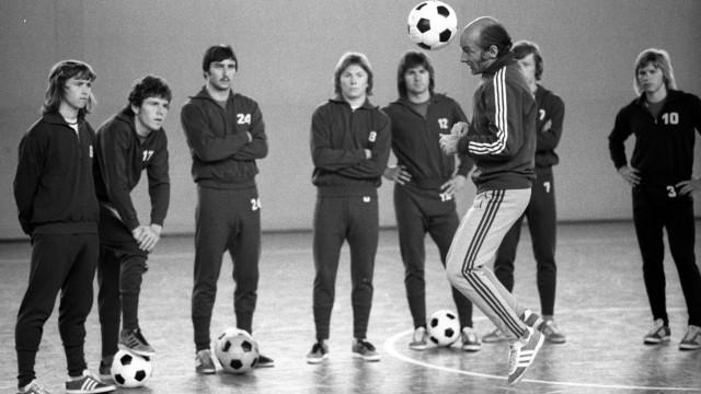 Training FC Bayern München Trainer Dettmar Cramer macht eine Übung am Kopfballpendel vor
