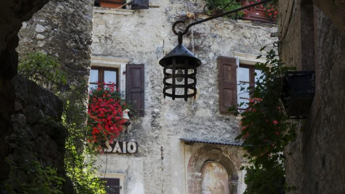 Eine Straße im Dorf Canale di Tenno im Trentino.