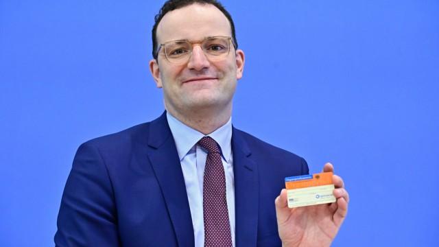 Organspende - Jens Spahn zeigt Organspendeausweis auf der Bundespressekonferenz