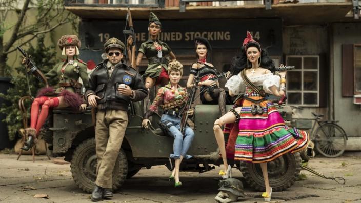 """Kino: Ein Mann flieht in eine Puppenwelt, wo er sich von starken Frauen beschützt weiß – Szene aus """"Willkommen in Marwen"""""""