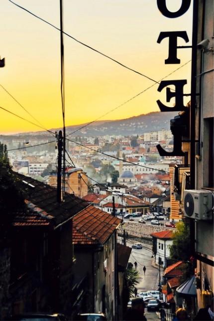 Österreichische Literatur: Heute ist der Blick über Sarajevo wieder ein Motiv für Touristen. Während des Krieges war es die Perspektive der Scharfschützen.