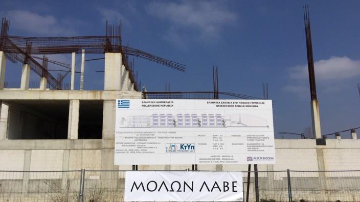 Berg am Laim: Die Stadt hat einen neuen Zaun um die Bauruine der Griechischen Schule in Berg am Laim aufgestellt.