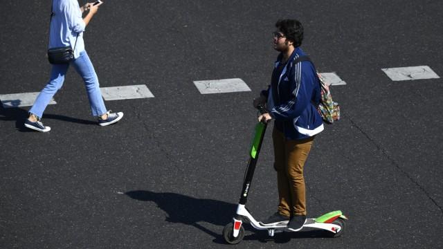 Elektromobilität: Elektroroller sind in verschiedenen Ländern bereits erlaubt, wie hier in Spanien. Doch nach einigen Unfällen werden die Regelungen dort verschärft. In Deutschland ist die Zulassung umstritten.
